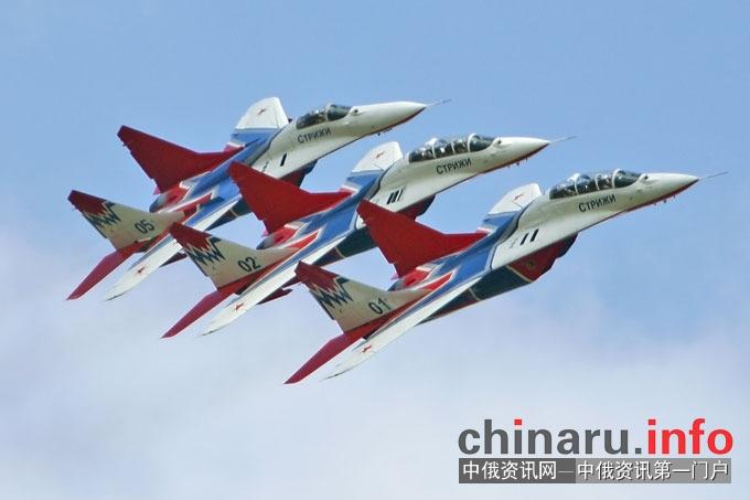 俄罗斯空军特技飞行表演队雨燕组建于1991年5月6日,是世界上唯一全部采用现役第四代米格-29战斗机作为表演用机的特级飞行表演队。雨燕几乎能在任何复杂的天气情况下完成200到1600米的飞行表演。 多年来,飞行表演队访问了芬兰,法国,德国,瑞典,比利时,意大利,马来西亚等国,向国际展示了该队卓越的飞行技巧和俄罗斯飞机制造业的先进成果。 雨燕还经常与同样著名的俄罗斯特技飞行表演队俄罗斯勇士合作。其中两队共同完成的大型九机编队特技飞行方案由4架米格-29和5架苏-27组成。
