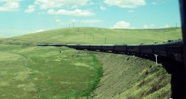 """中俄資訊網資料圖 內容提要:北京至莫斯科的K3(莫斯科至北京的K4)國際列車,在俄羅斯境內的烏蘭烏德接入西伯利亞鐵路。""""國際列車俄羅斯經典十三日文化之旅""""13天的旅程,火車上就占去一半時間。為什么不乘坐更快捷的飛機,為什么還有那么多客人對綠皮火車的長途旅程青睞有加呢?原因就是要乘坐中俄國際列車,去體驗西伯利亞鐵路沿線的壯闊美景。 ----------------- 北京至莫斯科的K3(莫斯科至北京的K4)國際列車,在俄羅斯境內的烏蘭烏德接入西伯利亞鐵路。""""國際列車俄羅斯經典十三日文化之旅""""13天"""